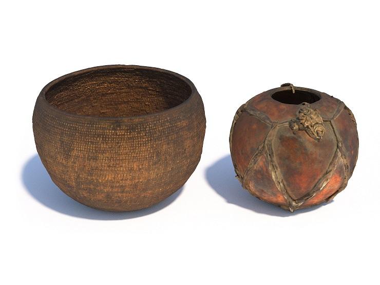 Významnou část přepravních a skladovacích kontejnerů tvořily v neolitu určitě nádoby z organických hmot. Právě nálezové situace ve studních mohou často vést k zachování těchto jinak v podstatě archeologicky neviditelných artefaktů. Na obrázku jsou nádoby z etnografického kontextu Súdánu. Vlevo je koš vypletený tak hustě, že nádoba udrží tekutinu. Vpravo nádoba z tykve, která je z provozních důvodů ovázána koženými řemínky.